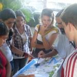 Antes da caminhada, o professor e geógrafo Jorge Araújo explica o roteiro aos alunos.