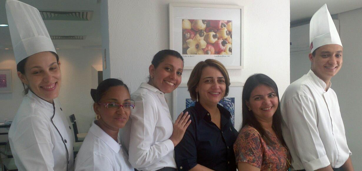 Foto com Mirtes Magalhaes e Equipe do Coffee Shop outubro 2012_hotel Mercure Recife Navegantes_ACCOR