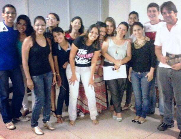 Alunos do curso comemoram com a professora Rosilei