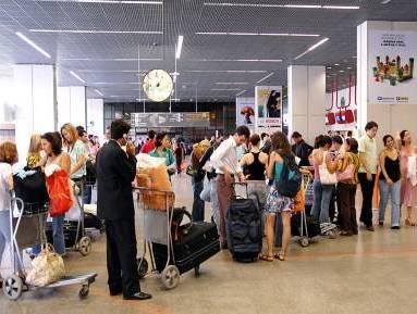 turistas no aeroporto